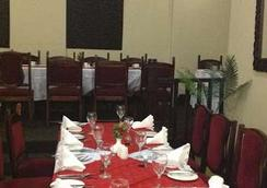 New Ambassador Hotel - Harare - 餐廳