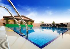 金色鬱金香阿爾巴沙酒店 - 杜拜 - 游泳池