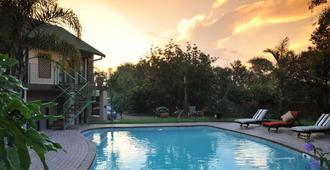 可萊桑頓豪華賓館 - Sandton - 游泳池