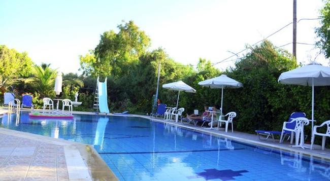 Violetta Hotel - 伊拉克里翁 - 游泳池