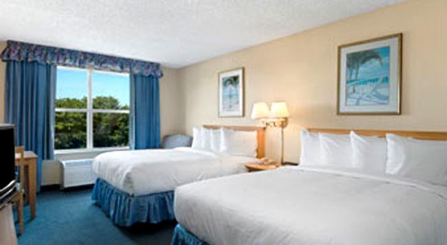 Baymont Inn & Suites Fort Myers Airport - 邁爾斯堡 - 臥室