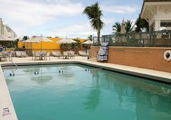 勞德代爾堡海灘萬怡酒店 - 勞德代爾堡 - 游泳池