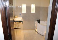 格兰德英克雷酒店 - Lahore - 浴室