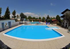 特瑞維薩哥營地酒店 - Moniga del Garda - 游泳池