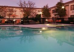 休斯頓I-10州際公路西/能源走廊萬怡酒店 - 休斯頓 - 游泳池