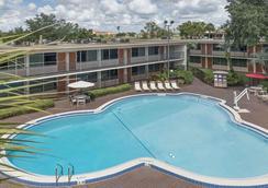 基西米華美達港威酒店 - 基西米 - 游泳池