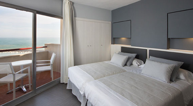 Hotel El Puerto by Pierre & Vacances - 福恩吉羅拉 - 臥室