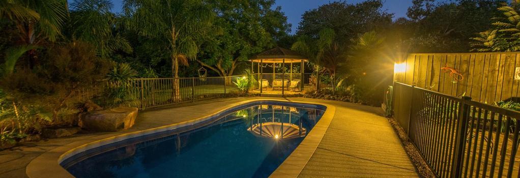 Kauri Park Motel - 凱里凱里 - 游泳池