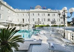 德班斯大酒店 - 里喬內 - 游泳池