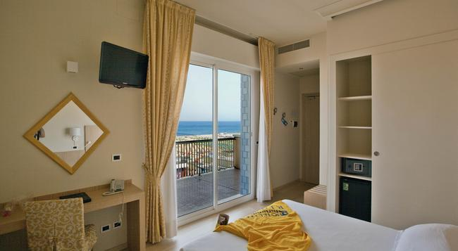 Hotel Ghirlandina - 里米尼 - 臥室