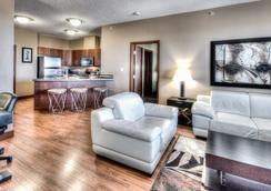 格蘭帕拉利波多蘭公寓式酒店 - Grande Prairie - 客廳