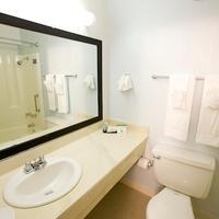 Maui Seaside Hotel Bathroom