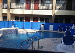 Texas Inn Downtown McAllen near Airport / Mall - 麥卡倫 - 游泳池