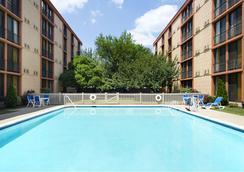 紐瓦克機場溫德姆花園酒店 - 紐瓦克 - 游泳池