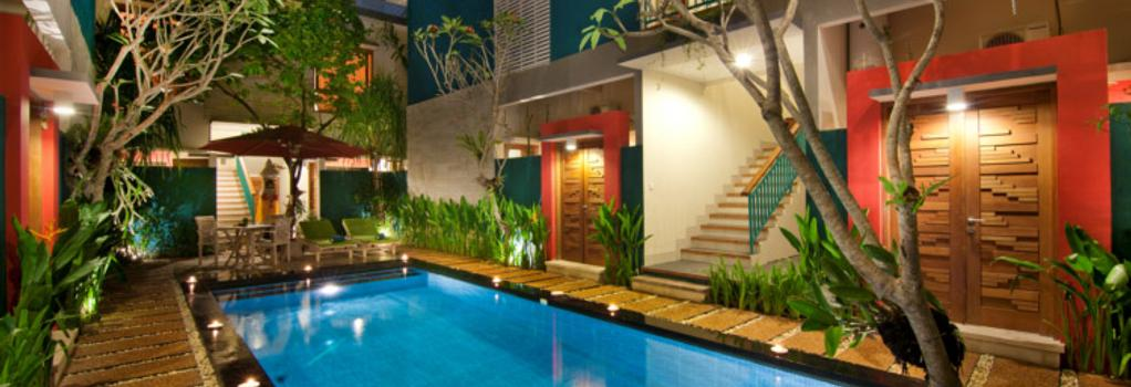 The Green Zhurga Suites - 登巴薩 - 游泳池