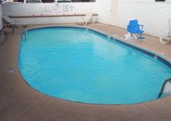 金曼紅屋頂汽車旅館 - 金曼 - 游泳池