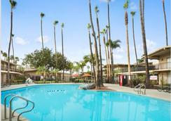華美達聖地亞哥北及會議中心酒店 - 聖地亞哥 - 游泳池
