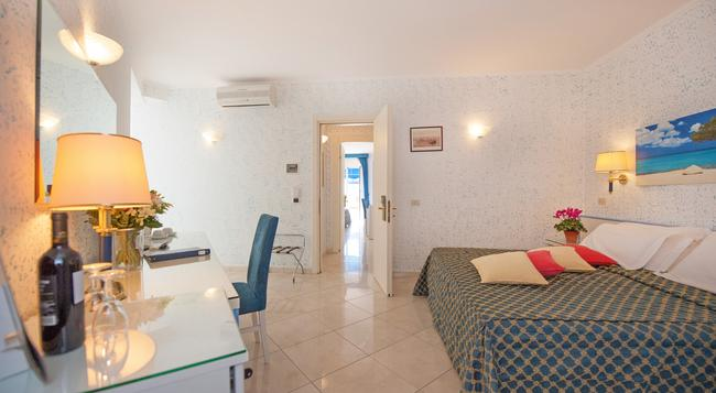Hotel Weber Ambassador - Capri - 臥室