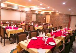 Hotel Golden Plaza - 艾哈邁達巴德 - 餐廳