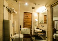 The Basil Park - 巴夫那加爾 - 浴室