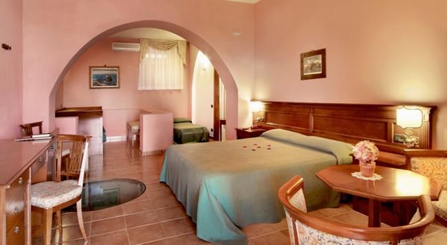 Hotel Villa De Pasquale - 利帕里 - 臥室