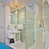 Hotel Le Bleu Bathroom