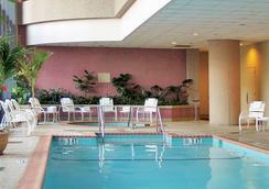 貝塞斯達萬豪套房酒店 - 貝塞斯達 - 游泳池