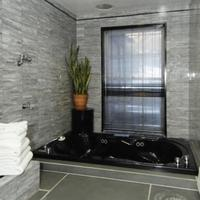 Colonial House Inn Deep Soaking Bathtub