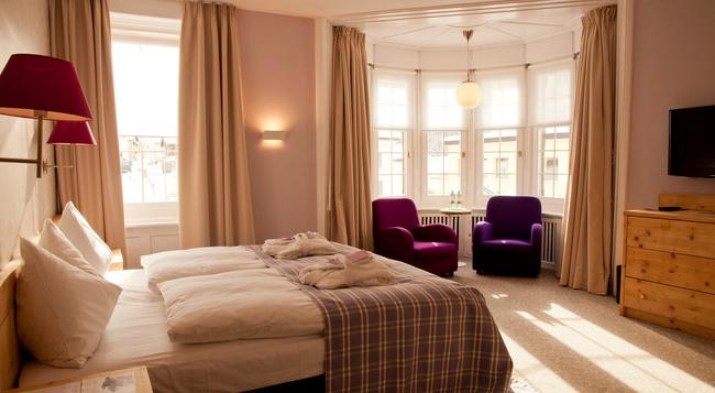 Hotel Rosatsch - 蓬特雷西納 - 臥室