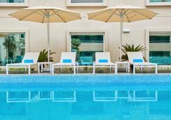 迪拜阿聯酋購物中心希爾頓花園酒店 - 杜拜 - 游泳池