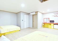 G Hotel - 釜山 - 臥室
