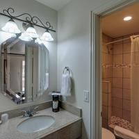 Romantic Inn & Suites Bathroom