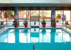 紐瓦克國際機場萬豪酒店 - 紐瓦克 - 游泳池