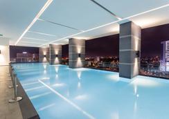 海岸酒店及公寓 - 馬六甲 - 游泳池