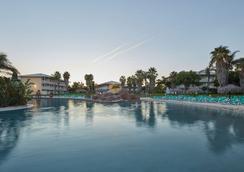 Portaventura Hotel Caribe - Theme Park Tickets Included - 薩洛 - 游泳池