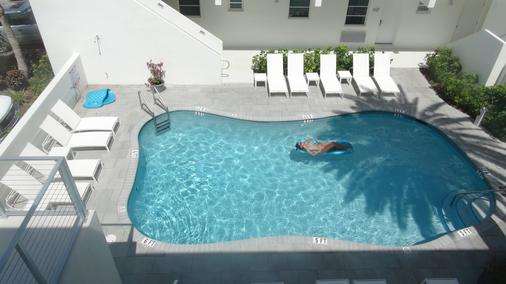 阿瓜阿北海灘村度假酒店 - 勞德代爾堡 - 游泳池