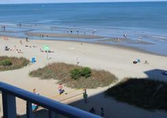 藍色大西洋套房酒店 - 默特爾比奇 - 海灘
