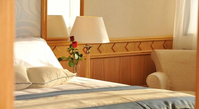 Constantinou Bros Asimina Suites Hotel - 帕福斯 - 臥室