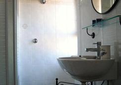 大都會客房及服務旅館 - 菲烏米奇諾 - 浴室