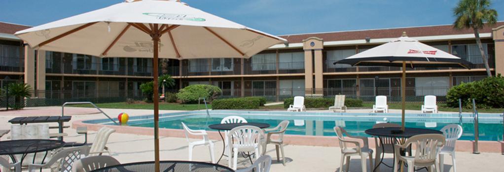 Monroe's on the Lake Hotel & Banquet Hall - 桑福德 - 游泳池