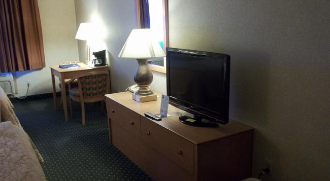 Baymont Inn & Suites Waterloo - 滑鐵盧 - 臥室