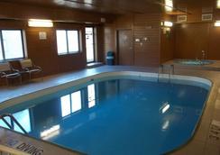 滑鐵盧貝蒙特套房酒店 - 滑鐵盧 - 游泳池