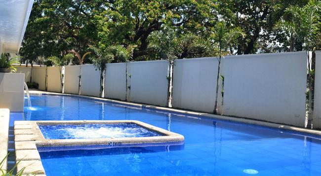 Subic Bay Venezia Hotel - 奧隆阿波 - 游泳池