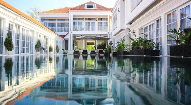 White Boutique Hotel - 磅遜 - 游泳池