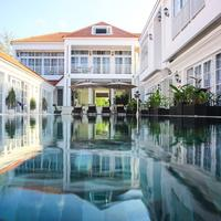 White Boutique Hotel Outdoor Pool
