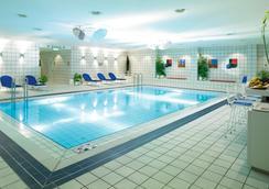 柏林城西假日酒店 - 柏林 - 游泳池