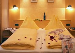 Hotel Goldener Brunnen - 克拉根福 - 臥室