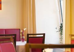 Hotel Goldener Brunnen - 克拉根福 - 餐廳