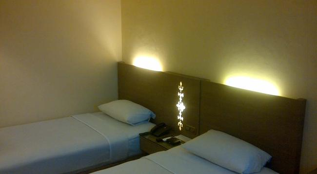 Amans Hotel - 安汶 - 臥室