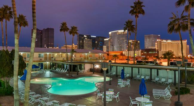 Days Inn Las Vegas At Wild Wild West Gambling Hall - 拉斯維加斯 - 游泳池